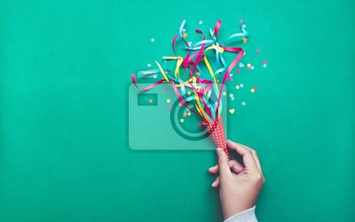 Plakat Świętowanie, tła partii koncepcje pomysły z ręki trzymającej kolorowy konfetti, streamers. Mieszkanie świeckich