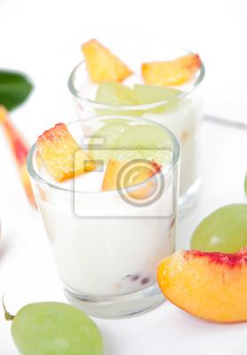 Świeże brzoskwinie i jogurt z winogron w szkle