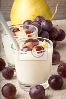 Świeże gruszki i jogurt w szkle winogron