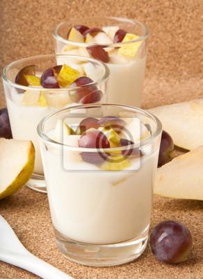 Świeże gruszki i winogrona jogurt w szkle