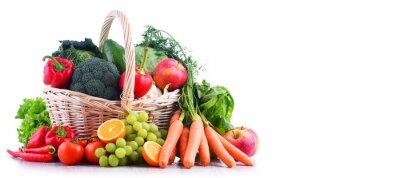 Plakat Świeże organiczne owoce i warzywa w wiklinowym koszu