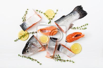 Świeże surowe kawałki łososia czerwone ryby samodzielnie na białym tle. Płaskie leże. Widok z góry