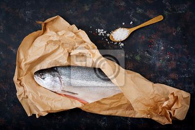 Świeże surowe łososia czerwone ryby na ciemnym tle. Płaskie leże. Widok z góry