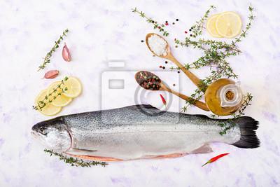 Świeże surowe łososia czerwone ryby na jasnym tle. Płaskie leże. Widok z góry