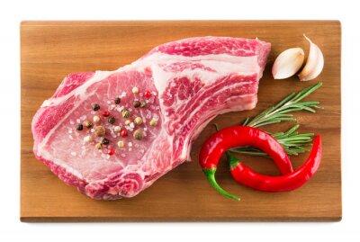 Plakat Świeże surowe mięso na desce do krojenia. Jedzenie organiczne.