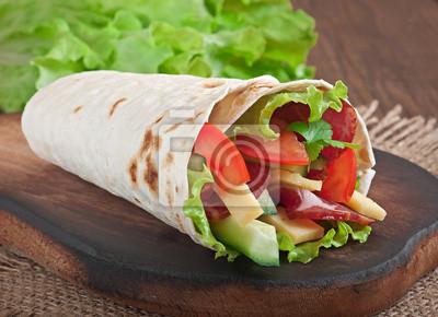 Świeże tortilla okłady z mięsa i warzyw na talerzu