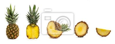 Plakat Świeży cały i rżnięty ananas odizolowywający na białym tle