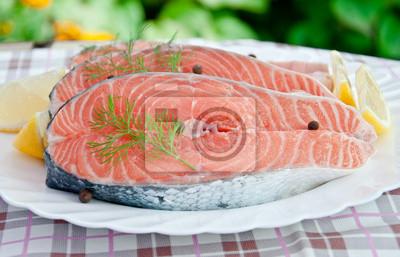Świeży filet z łososia i plasterki cytryny