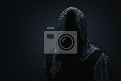 Plakat Sylwetka ponury żniwiarz nad ciemnoszarym tłem z kopii przestrzenią