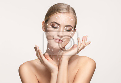 Plakat Szczegół portret młodej, pięknej i zdrowej kobiety ze strzałkami na twarzy. Koncepcja spa, chirurgii, liftingu twarzy i pielęgnacji skóry