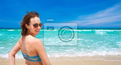 Szczęśliwa dziewczyna na tropikalnej plaży. Widok panoramiczny