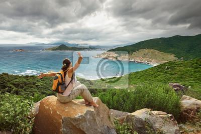 Szczęśliwa Kobieta podróżnik patrząc na brzegu zatoki.
