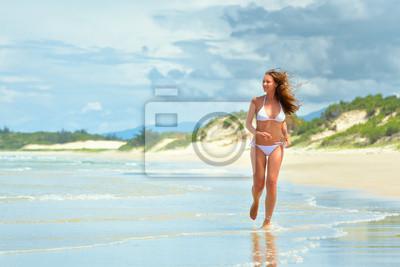 Szczęśliwa kobieta wzdłuż plaży w Wietnamie