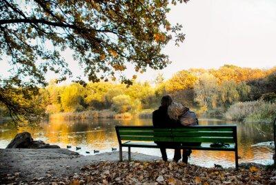 Plakat Szczęśliwa miłość para obok jeziora
