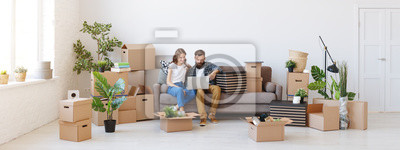 Plakat szczęśliwa młoda para małżeńska przenosi się do nowego mieszkania