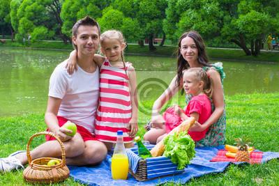 Plakat Szczęśliwa młoda rodzina piknik w plenerze na wymiar ...