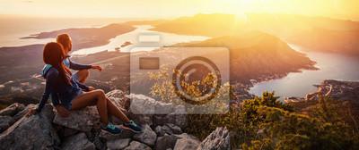 Plakat Szczęśliwa para ogląda zmierzch w górach