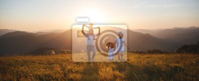 Plakat Szczęśliwa rodzina: matka, ojciec, dzieci, syn i córka na zachód słońca