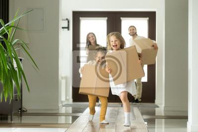 Plakat Szczęśliwą rodzinę z dziećmi kupił nowy dom, podekscytowany dzieci Zabawna dziewczyna i chłopak posiadający pola działa w duży nowoczesny dom, pomagając rodzicom z dobytku, koncepcji ruchomego dnia, h