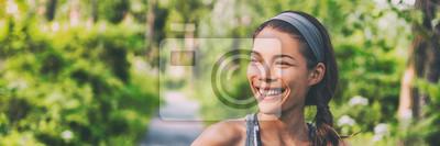 Plakat Szczęśliwej młodej Azjatyckiej kobiety plenerowy odprowadzenie w parkowy uśmiecha się żyć aktywnego i zdrowego styl życia. Panoramiczny transparent tło.