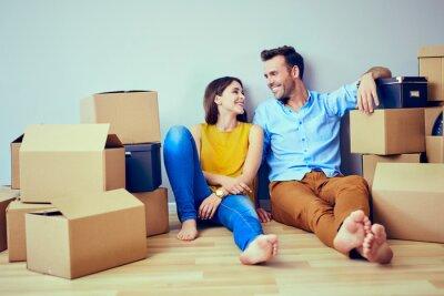 Plakat Szczęśliwej pary posiadające przerwę podczas przenoszenia do nowego domu