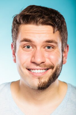 Plakat Szczęśliwy człowiek z ogoloną brodą pół twarzy włosy.
