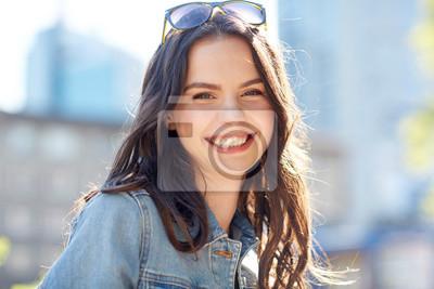 Plakat szczęśliwy, uśmiecha się młoda kobieta na lato ulicy miasta
