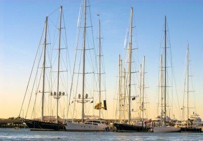 Plakat Tall statki żaglowe w Newport jak słońce zachodzi. Są one również określane jako żaglowców i pochodzą z całego świata.