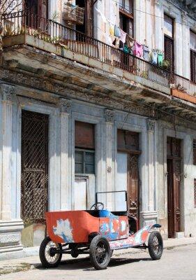 Plakat Tattered old open top samochód w typowej ulicy w Hawanie, Kuba