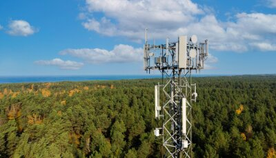 Plakat telecommunication tower with cellular antennas for 5g mobile internet network on forest and blue sky background