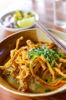 Plakat Thai Noodle Soup Curry z wieprzowiny na drewnianym stole