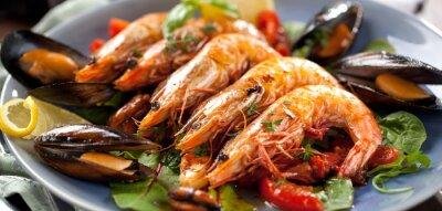 Plakat Tiger Garnelen Teller mit gebratenen pomidory und Miesmuscheln