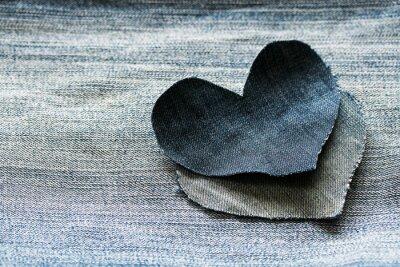 tło denimu na tle i dwa serca niebieskiej tkaniny