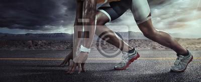 Plakat Tło sportowe. Biegaczów cieki biega na drogowym zbliżeniu na bucie. Linia startowa