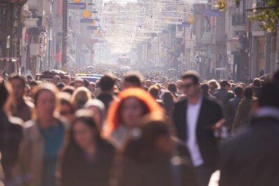 Plakat Tłum ludzi chodzenia na ulicy