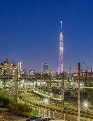 Plakat Tokio landmark Tokyo Skytree i Tokio kolejowa w czasie wieczoru