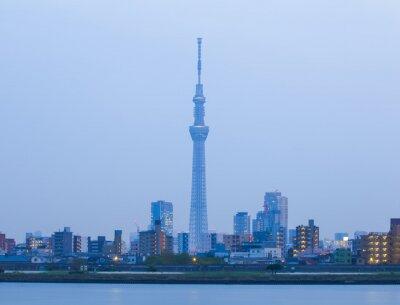 Plakat Tokyo miasto widok z Tokyo Sky Tree i rzeki w godzinach wieczornych