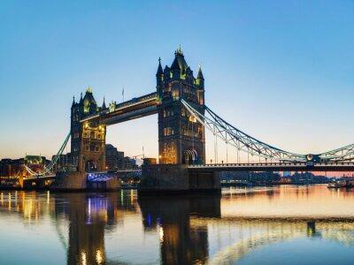 Plakat Tower Bridge w Londynie, Wielka Brytania o wschodzie słońca