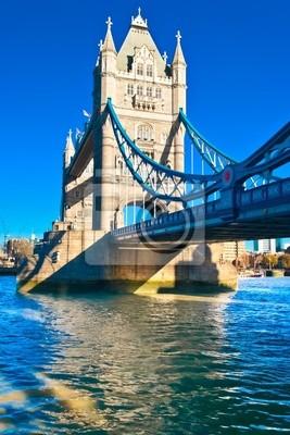 Plakat Towerbridge w Londynie w jasny słoneczny dzień