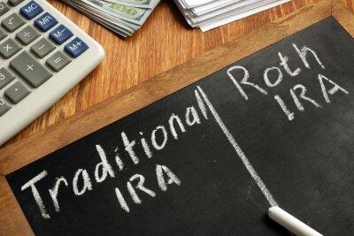 Plakat Traditional IRA vs Roth IRA written on blackboard.