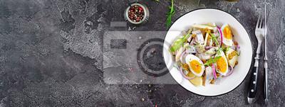Tradycyjna sałatka z solonego fileta śledziowego, świeżych jabłek, czerwonej cebuli i jajek. Koszerne jedzenie. Kuchnia skandynawska. Widok z góry. Leżał płasko. Transparent.
