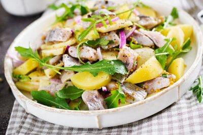 Tradycyjna sałatka z solonego fileta śledziowego, świeżych jabłek, czerwonej cebuli i ziemniaków. Koszerne jedzenie. Kuchnia skandynawska.
