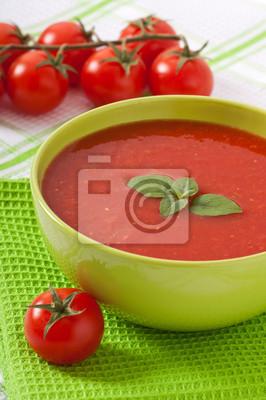 Tradycyjne gorące świeże dieta zupa pomidorowa z bazylią
