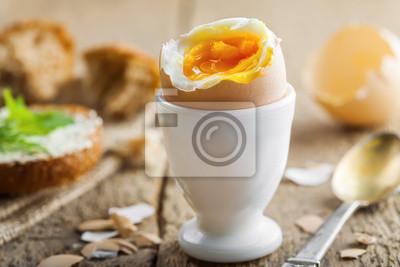 Plakat Tradycyjne śniadanie z doskonałą miękką gotowane jajka i kanapki z masłem i koperkiem. Dania kuchni międzynarodowej kuchni.
