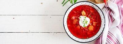 Tradycyjny barszcz ukraiński rosyjski z białą fasolą na misce. Barszcz. Talerz barszczu zupnego korzenia czerwonego buraka na bielu stole. Tradycyjne dania kuchni ukraińskiej. Transparent. Widok z gór