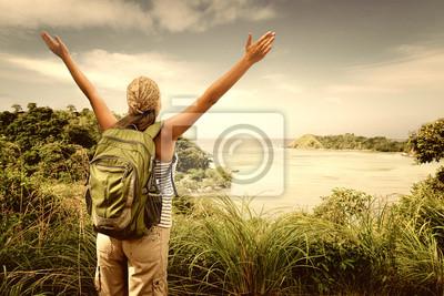 Turystą z plecak korzystających z widokiem na morze z szczycie góry