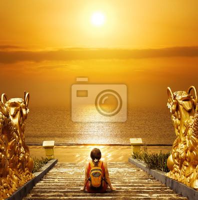 Turystą z plecak relaks na schodach i skorzystaj z słońca.