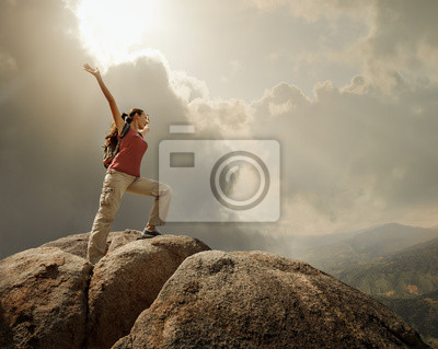 Turystą z plecak stojących na szczycie góry