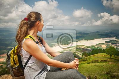 Plakat Turysta z plecakiem, relaks na szczycie góry