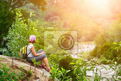 Turysta z plecakiem siedzieć i relaks cieszyć sród wschód słońca